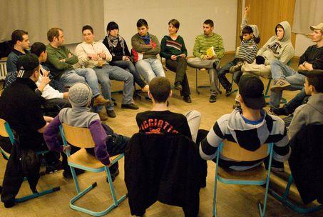 Jugendliche sitzen im Kreis und diskutieren über das neue Programm vom VD13.