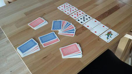 Karten auf einem Tisch