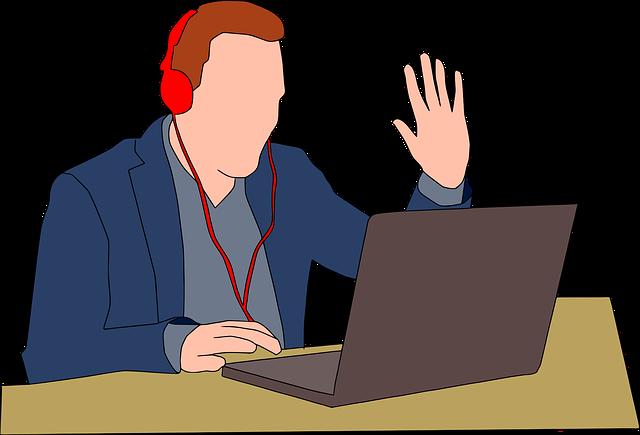 Ein Mann sitzt mit einem Headset vor einem Laptop und winkt in die Webcam