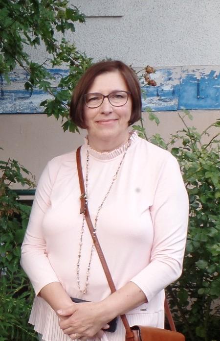 Auf dem Bild ist die Ehrenamtliche Brigitte Agel stehend im Portrait abgebildet